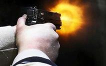 Bị bắn chết khi đang cầm dao truy đuổi người khác