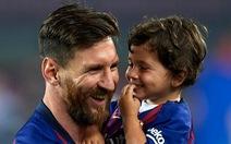 Video con trai Messi 'đốn tim' dân mạng khi bắt chước màn ăn mừng của bố
