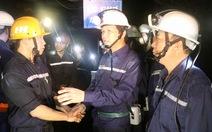 Bộ trưởng xuống hầm lò sâu 140m 'thăm dò' thợ mỏ về luật lao động