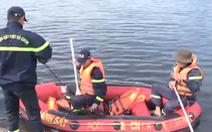 Video: Lật thuyền chở 7 ngư dân trên sông Lạch Bạng