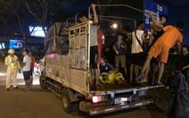 CSGT tuýt còi nhiều xe tải chở người trên thùng xe đi múa lân