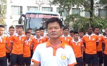 Giám đốc kỹ thuật và cầu thủ Nam Định cúi đầu xin lỗi vụ pháo sáng