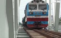Video: Đoàn tàu thử tải chạy qua cầu sắt Bình Lợi mới