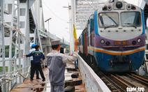 Video chuyến tàu cuối cùng qua cầu đường sắt Bình Lợi 117 tuổi