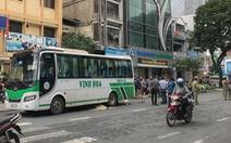 Người phụ nữ đẩy xe ve chai qua đường bị xe khách tông chết