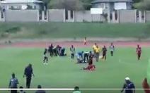 Video khoảnh khắc sét đánh giữa sân khiến 4 cầu thủ phải nhập viện