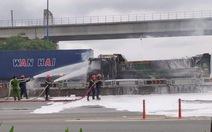 Xe ben đang chạy bốc cháy dữ dội trên xa lộ Hà Nội