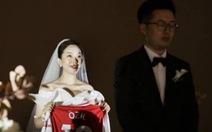 Cô dâu tặng chú rể áo đấu của Ozil trong ngày cưới