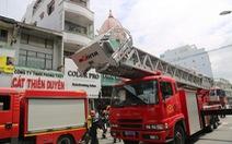 Cứu cụ bà ngất xỉu và 2 người kẹt trên sân thượng trong vụ cháy ở quận 5