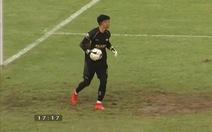 Thủ môn Nguyên Mạnh 2 lần ôm gọn quả đá phạt của Quang Hải