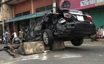 Xe container tông nát xe Camry, hai vợ chồng may mắn thoát nạn