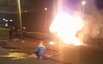 Xe đầu kéo cuốn xe máy vào gầm kéo lê rồi bốc cháy ngùn ngụt