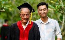 Mặc áo cử nhân cho ông nội trong ngày tốt nghiệp để tỏ lòng biết ơn