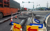 Sau mưa, đường nối cao tốc Đà Nẵng - Quảng Ngãi lộ đầy ổ gà, sống trâu