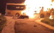 13 người chạy thoát khỏi xe giường nằm đang cháy dữ dội