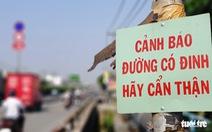 Quốc lộ 1 ở TP.HCM xuất hiện bảng cảnh báo 'đường có đinh, hãy cẩn thận'