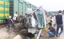 Nghẹt thở cứu tài xế mắc kẹt sau vụ tàu hàng đâm xe tải 'nổ như bom'