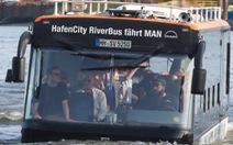 Video: Xe buýt bơi trên sông đưa du khách tham quan thành phố