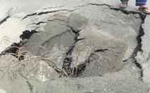 Đường ống nước ở quận 7 bị vỡ, phát nổ do nền đường yếu