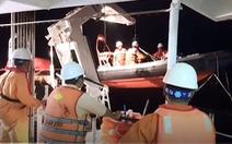 Video: Nửa đêm ra biển đưa ngư dân bị nạn về bờ cấp cứu