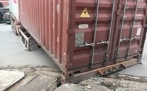 Container chục tấn lại rớt xuống đường