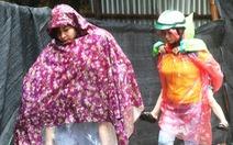 TP Vinh mưa xối xả ngập đường, phụ huynh vất vả đưa con đến trường