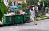 Tranh cãi trách nhiệm bỏ rác lên xe thu gom thuộc về ai ?