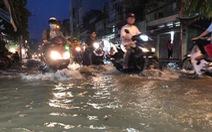 Video: Triều cường vượt mức báo động, người dân TPHCM bì bõm lội nước