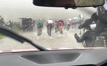Cuarơ lội nước, té lên té xuống vì mưa lớn tại giải đua UCI ở Anh