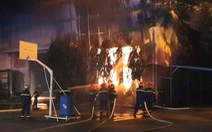 Lửa bao trùm công ty mút xốp, hàng trăm chiến sĩ dập cháy xuyên đêm