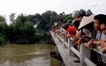 Video: Tìm thấy thi thể tài xế ô tô lao xuống sông