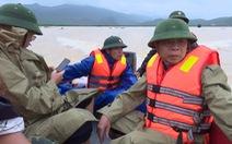 Thuyền của phó chủ tịch huyện bị lật khi đi thị sát vùng lũ