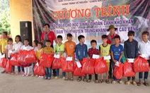 Đoàn về nguồn Ban Tuyên giáo Thành ủy TP.HCM trao 100 suất quà cho học sinh biên giới