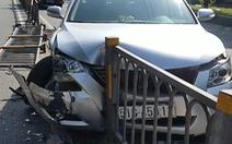 Video: Nổ lốp, ôtô đâm ngã gần chục mét dải phân cách