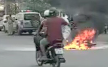 Video: Sau tai nạn, xe máy bốc cháy dữ dội