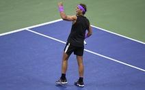 Thắng nghẹt thở Medvedev, Nadal chỉ còn kém Federer...'1 nốt nhạc'