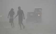 Tro núi lửa Taal đè sập nhà dân, cảnh báo nguy cơ sóng thần