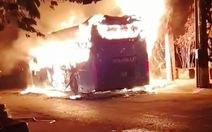 Xe khách đang đậu bỗng bốc cháy dữ dội ở Tân Bình