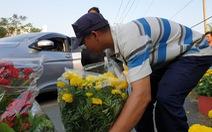 Nghe chuyện người chồng mất vợ, bà con ra ủng hộ mua hết bông