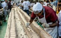 Đầu bếp Ấn Độ chung tay làm chiếc bánh 'dài nhất thế giới'