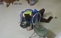 Dao dí vào cổ, nhân viên cây xăng vẫn bình tĩnh quật ngã tên cướp