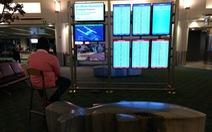 Hành khách chiếm màn hình sân bay để chơi game