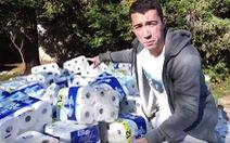 Bị chửi quá trời vì dùng 1 triệu cuộn giấy vệ sinh thấm nước bể bơi