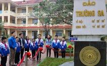 Tặng giấy khen cho trường đặt tên lớp theo các đảo ở Trường Sa