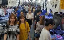 Công nhân 'săn' quần áo tết giảm giá đến tối mịt
