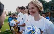 Đại sứ New Zealand, Na Uy, Canada và Thụy Sĩ chúc tết cùng đội tuyển bóng đá nữ