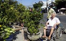 Con dâu, cháu nội đẩy xe lăn đưa cụ ông 93 tuổi đi mua hoa tết
