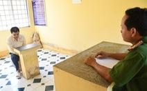 Một phụ nữ nhổ lông vịt bị thanh niên cầm dao khống chế hiếp dâm