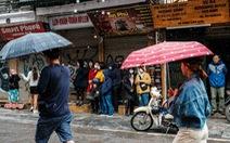 Mồng 1 tết, Hà Nội vừa ngớt lại mưa to, cuộc du xuân dang dở