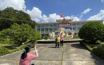Mùng 1 Tết, người dân 'check in' UBND thành phố Cần Thơ